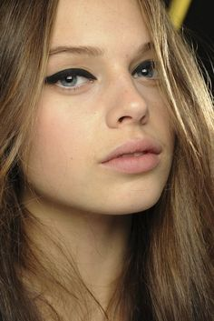 Model Jessica Clarke // Thick cat-eye liner & matte nude lips #beauty #hair #makeup