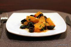 Salat aus Orangen und schwarzen Oliven