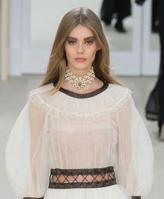 Le choker en perles du défilé Chanel