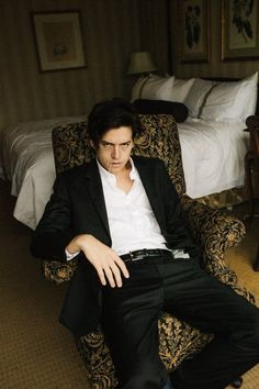 Cole Sprouse colored his hair black for his role as Jughead Jones in the CW pilot 'Riverdale. Cole Sprouse Jughead, Cole M Sprouse, Dylan Sprouse, Dylan Und Cole, Zack Y Cody, Riverdale Cole Sprouse, Cute Boys, Hot Guys, Beautiful People