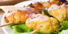 For delicious Memorial Day recipes, try chicken skewers on a platter Shish Kebab, Healthy Eating Tips, Healthy Nutrition, Maple Glazed Chicken, Jalapeno Salsa, 17 Day Diet, Chicken Skewers, Vegetable Drinks, Holiday Recipes