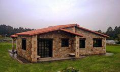 Esta casa se encuentra en Castro, Naron en la zona de Ferrol. Rústicas  realizó muchas casas es esa zona.