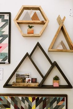 Home decor inspiration, mountain shelf, living room shelves, living room de Diy Wood Projects, Wood Crafts, Mountain Shelf, Diy Home Decor On A Budget, Cool Diy, Home Decor Inspiration, Diy Furniture, Bookcase Decorating, Decorating Ideas