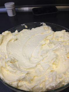 Az olasz vajkrémnek másodjára futottam neki. Az első csúfos kudarcba fulladt. Jók a netes receptek, de valahogy kihagynak ezt azt:-( Most is ingyenes videós segítséggel jutottam el addig, hogy mi l… Italian Macarons, Vanilla Macarons, Macaron Flavors, Macaron Recipe, Yami Yami, Mousse, Make It Simple, Icing, Ice Cream