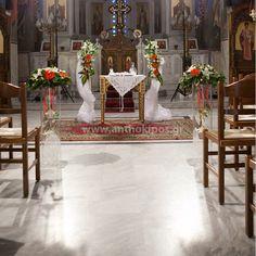d8a60c599399 Εσωτερικός Στολισμός Γάμου με συνθέσεις και λαμπάδες με λευκά και πορτοκαλί  λουλούδια