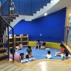 건축가 정기용의 마지막 작품인 김해 기적의 도서관. 준공식에도 참여하지 못했다. 어린이 눈높이에서 지어져 많은 어린이의 사랑을 받고 있다. 건물 뒷편 지붕녹화도 놀이터 처럼 재미있게 꾸며 놓았다.