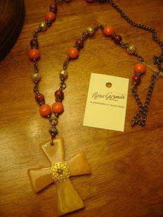 """Collar """"Amor"""" con accesorios en bronce y naranja. Dije cruz color natural"""