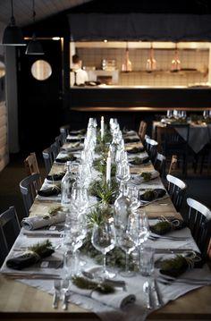 Långbord med vacker dukning i restaurang Árran   #wedding #food #table