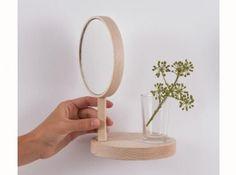 Le miroir A la fois étagère et miroir, cet objet déco épuré réalisé en bois vous permettra d'installer une petite déco utilitaire sans alourdir vos murs. Miroir Belvédère, 14 cm x 20 cm, 75 €, Matea