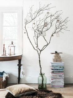 Alternative christmas tree inspiration: decorate an oversized branch with ornaments. This is an easy modern and minimal decor holiday decor idea! Minimal Christmas, Noel Christmas, Scandinavian Christmas, Simple Christmas, All Things Christmas, Modern Christmas, Christmas Table Settings, Outdoor Christmas Decorations, Christmas Centerpieces