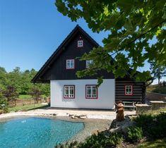 Fotogalerie: Dům je navržený a postavený jako klasická chalupa. Villas, Nova, Cabin, Mansions, House Styles, Home Decor, World, Templates, Pictures