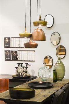 Koperkleurige lampen en vintage spiegels bij een comfortabele eetkamer. Zen Lifestyle is gevestigd in Wijchen bij Nijmegen en heeft showroom van 10.000 m². Natuurlijk vind je in onze winkel onze eigen producten, zoals ons aanbod vintage en retro banken, onze topsellers, zoals het vintage tv-dressoir Stan. Maar ook hebben wij de mooie collectie van Zuiver en Duchtbone en vind je er nog veel meer topmerken, zoals Be Pure, JouwMeubel, UrbanSofa, Fatboy, Makkii, Woood etc.