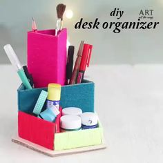 Pretty to see, and effective for use, this diy organizer is everything you need to have your desk organized! By: desk organization DIY COLORFUL DESK ORGANIZER Diy Organizer, Bedroom Organization Diy, Diy Makeup Organizer Cardboard, Cute Desk Organization, Desk Tidy, Diy Desk, Organized Desk, Work Desk, Office Desk