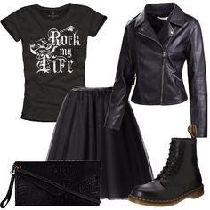 Outfit total black adatto per un concerto o per una serata in discoteca composto da sottogonna in tulle da abbinare ad una t-shirt con stampa e giacca in pelle. Completano il look stivaletti Dr. Martens e clutch.