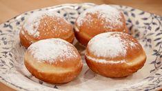 Gogosi simple si pufoase Romanian Food, Donuts, Hamburger, Sweets, Bread, Cookies, Recipes, Mai, Martha Stewart