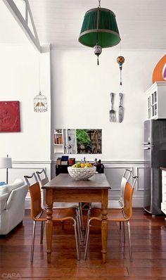 A cozinha aberta permite que a moradora fique perto dos amigos enquanto prepara suas receitas. O número 45 é outro achado de caçamba.