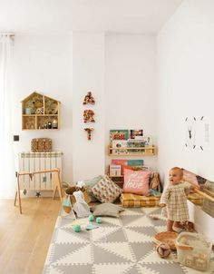 Ideas and tips to implement a Montessori bedroom for your baby or toddler. What are the main Montessori principles to set up a Montessori bedroom ? Montessori principles are primarily centered on the needs of the child, including his desire to … Playroom Design, Playroom Decor, Kids Room Design, Playroom Ideas, Playroom Organization, Montessori Playroom, Baby Playroom, Montessori Toddler Bedroom, Mobile Montessori