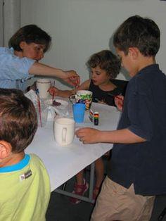 Insieme ai tuoi bambini, decora una tazza che il papà potrà utilizzare la mattina per bere il caffè. Un modo per iniziare la giornata col sorriso! http://quimamme.leiweb.it/famiglia/papa/prima-e-dopo-il-bebe/gallery-2011/festa-papa-3070570211_12.shtml#center