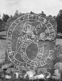 "Rune stone (Sö 226) in Norra Stutby, Sorunda. The inscription says: ""Björn and Vibjörn and Ramne and Kättilbjörn raised the stone in memory of Gerbjörn, their father"".   Runsten (Sö 226) i Norra Stutby, Sorunda. Ristningen säger: ""Björn och Vibjörn och Ramne och Kättilbjörn reste stenen efter Gerbjörn, sin fader"".  Parish (socken): Sorunda Province (landskap): Södermanland Municipality (kommun): Nynäshamn County (län): Stockholm  Photograph by: Erik Brate Date: c. 1900 Format: Glass plate…"