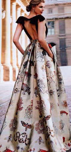 Fab dress, backless and pint Valentino Gowns, Runway Fashion, Fashion Outfits, Gq Fashion, Style Fashion, Italian Fashion Designers, Mode Chic, Parisian Style, Parisian Fashion