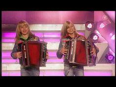 Die Twinnies - Bayernmädels - 2 Girls playing steirische harmonika on rollerskates ! - YouTube