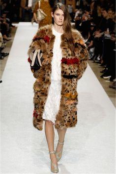 クロエ あなたを主役に引き上げてくれるゴージャスでキュートなコートは、ワードローブの宝物に。