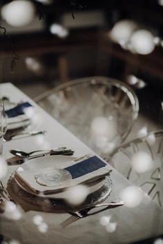 Eine traumhaft eisige Winterhochzeit am Seeufer Winter Stil, Dusty Blue, Weddings, Table Decorations, Style, Pine Cones, Getting Married, Swag, Wedding