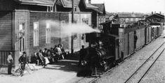 Vuonna 1897 valmistunut Porter-höyryveturi lähdössä Forssasta. Kuva: Museorautatieyhdistys ry:n arkisto. 23 kilometrin pituinen yhteys Humppilasta Jokioisten kautta Forssaan avattiin väliaikaiselle liikenteelle 9.12.1898. Vakituiselle henkilö- ja tavaraliikenteelle rautatie avattiin 25.10.1899. Jokioisten rautatie oli järjestyksessä toinen maamme yleiselle liikenteelle avattu kapearaiteinen rautatie heti vuonna 1897 liikenteelle avatun Mäntän rautatien jälkeen. Train, Historia, Strollers