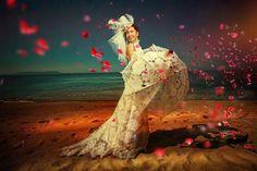 http://deavita.com/wp-content/uploads/2014/05/hochzeitsfotos-ideen-kreativ-strand-rosenblaetter-wind.jpg