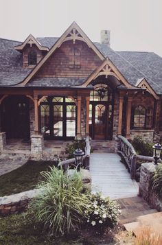 what a lovely house! something between a log cabin, a craftsman house and a hobbit house!
