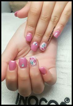 Unhas de gel rosa e nail art