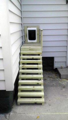 Never would have thought of making stairs that just went to the dog door. - Tap the pin for the most adorable pawtastic fur baby apparel! You'll love the dog clothes and cat clothes! Pet Door, Doggy Doors, Window Dog Door, Diy Doggie Door, Dog Yard, Dog Fence, Dog Spaces, Animal Room, Dog Rooms