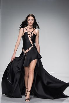 Another Haute Couture Paris fashion week kicked off tonight with the Atelier Versace fashion show for their new Spring/Summer 2016 collection. Haute Couture Style, Couture Mode, Spring Couture, Couture Week, Couture Fashion, Runway Fashion, Atelier Versace, Star Fashion, High Fashion