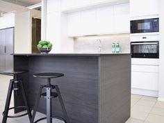 Moderni keittiö Oulun Limingantullin myymälässä #idealkeittiö #modernikeittiö #keittiö Table, Furniture, Home Decor, Decoration Home, Room Decor, Tables, Home Furnishings, Home Interior Design, Desk