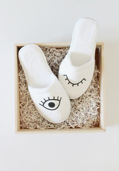 DIY eye slippers - almost makes perfect Diy Inspiration, Diy Accessories, Craft Tutorials, Craft Ideas, Diy Projects To Try, Diy Tutorial, Diy Clothes, Diy Fashion, Ciabatta