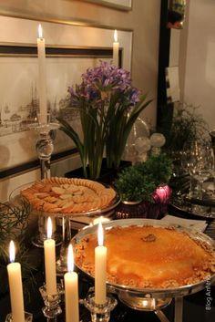 E estava bem frio…!  Por isso preparei a minha mesa bar preta para receber o meu aperitivo favorito: queijo brie no rechaud com calda de caramelo e damasco, além dos vinhos…  E fiz uma arrumação bem moderna… escolhi os agapanthus em roxo que acabei de trazer da Matiz para minha casa!! E mais alguns detalhes em roxo nos vasinhos e no bordado dos guardanapinhos,