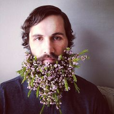 Sarah Winward is a florist based in Salt Lake, Utah. Her husband, David Winward is her model in a series of pictures in which Sarah decorates his beard with beautiful floral arrangements. Moustaches, Bart Trend, Glitter Beards, Glitter Tattoos, Glitter Gif, Flower Beard, Hipster Pattern, Photo Images, Facial Hair