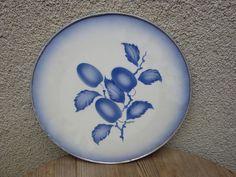Alte Keramik Kuchen- oder Tortenplatte mit Metallrand und Trauben, Signiert