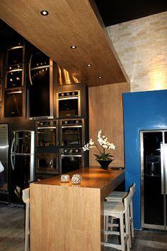 No projeto dos arquitetos Adriano Stancati e Daniele Guardini, a bancada que divide ambientes foi revestida com piso vinílico Essence Liso, cor Grapia. Produto fornecido pelo Ateliê Revestimentos.