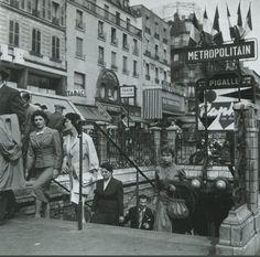 Sortie du métro Pigalle, vers 1955. Le soir, le public n'était plus vraiment le même... Une photo de © Paul Almasy (Paris 9ème)