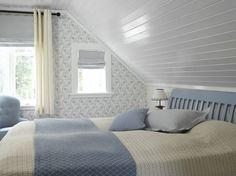 De tre soverommene fremstod som mørke og trange, og det var ikke enkelt å se hvor takene sluttet og veggene begynte. Nå oppleves rommene på sjøhytta mye større og de er knapt til å kjenne igjen!