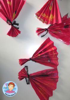 Chinese waaier maken met kleuters 2 , thema China , kijk voor de beschrijving op kleuteridee.nl Chinese New Year Decorations, Chinese New Year Crafts, New Years Decorations, New Year's Crafts, Diy And Crafts, Chinese Parade, Recycling Projects For Kids, Panda China, Country Themed Parties