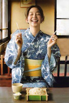 The Kimono Gallery — licoricewall: 松島花 (Hana Matsushima): Oggi (at. Japanese Yukata, Japanese Outfits, Japan Woman, Japan Girl, Geisha, Modern Kimono, Yukata Kimono, Summer Kimono, Plus Size Bikini