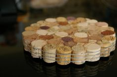 DIY : Trivet with wine corks... great gift for friends who like to cook! (and drink wine)