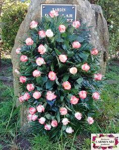 Ramo de defunción para colgar con rosas Voodoo y verdes variados.