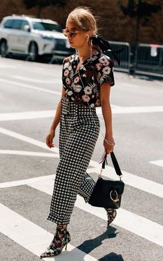 If you're looking for a way to create the ultimate fashionista look this Summer, then mixing prints is it! Looks Street Style, Street Style Summer, Street Style Women, Street Styles, Simple Street Style, Look Fashion, Autumn Fashion, Fashion Outfits, Fashion Trends