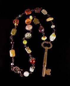 Antique Bohemian key necklace with gemstones warm natural earth tones - Collar llave antigua, bohemia, con gemas naturales en tonos tierra Key Jewelry, Wire Jewelry, Boho Jewelry, Jewelry Crafts, Beaded Jewelry, Vintage Jewelry, Jewelry Necklaces, Handmade Jewelry, Jewelry Design