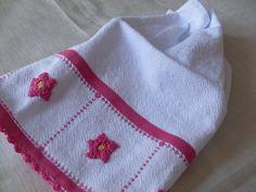 Panos artesanais com as técnicas de croché, bainha e aplicação para presentear, como lembrancinhas de chá de panela entre outros eventos e como decoração.