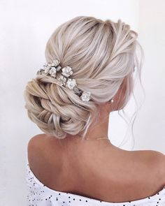 Wedding Hairstyles Updo - We have collected wedding makeup ideas based on the wedding fashion week. Look through our gallery of wedding hairstyles 2019 to be in trend! Veil Hairstyles, Hairstyle Look, Wedding Hairstyles For Long Hair, Wedding Hair And Makeup, Wedding Hair Accessories, Everyday Hairstyles, Hair Makeup, Hair Wedding, Wedding Dresses