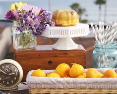 Aperitivos:mantenha uma bandeja à vista com frutas, bolos e biscoitinhos na cozinha. Assim o convidado ficará mais à vontade quando quiser fazer um lanchinho no meio da tarde ou antes de se recolher.